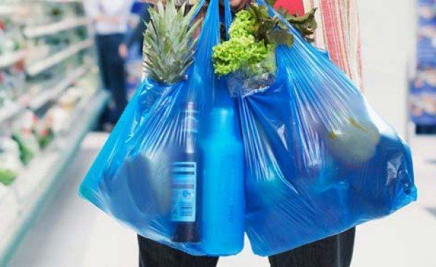 b9ac9165b7 Tra una settimana, lunedì 28 agosto, il Kenya dovrebbe annunciare l'entrata  in vigore del bando ai sacchetti di plastica. La svolta ambientalista del  Paese ...